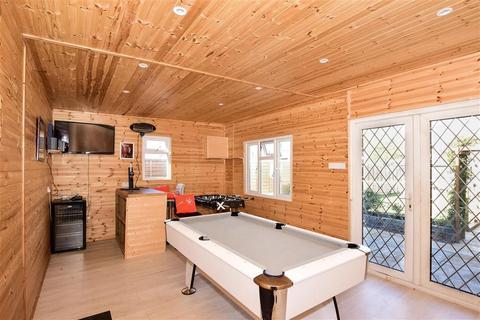 2 bedroom detached bungalow for sale - Askwith Road, Rainham, Essex