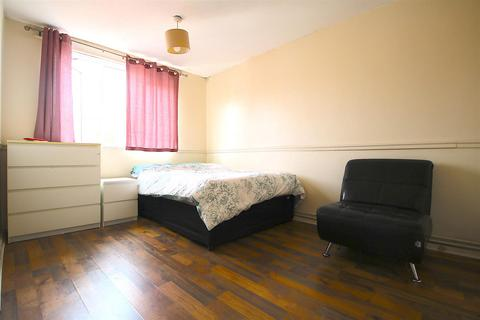 1 bedroom in a house share to rent - Ronald Street, London