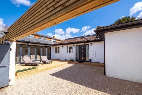 2 bedroom detached bungalow for sale - Courtlands Avenue, London