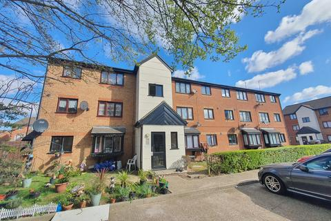 Studio to rent - Plowman Close, N18