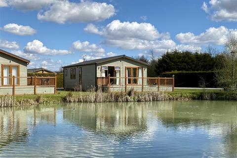 2 bedroom villa for sale - A Luxury Lodge overlooking a Pond at Wagtail Country Park, Marston, Grantham
