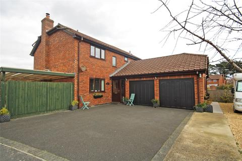 4 bedroom detached house for sale - Highlands Road, Barton on Sea, New Milton, BH25
