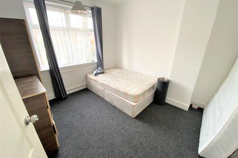 3 bedroom detached house to rent - ROXY AVE, CHADWELL HEATH RM6