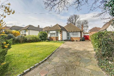 3 bedroom bungalow for sale - Woodland Gardens, South Croydon, Surrey, CR2 8PH