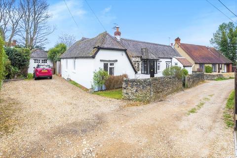 3 bedroom detached bungalow for sale - Queens Lane, Farnham