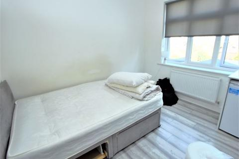 Studio to rent - Boleyn Avenue, Enfield EN1