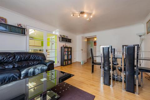 2 bedroom flat for sale - Peverel, London