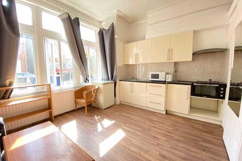 Studio to rent - Craven Avenue, Ealing