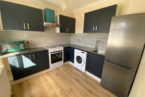 3 bedroom flat to rent - Stamford Close, Southall