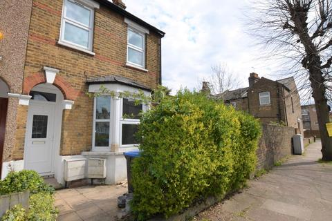 3 bedroom end of terrace house to rent - ENFIELD,
