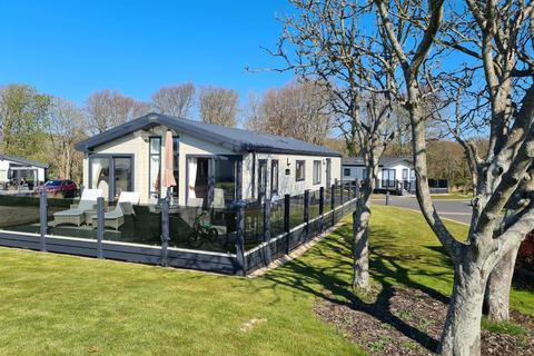 3 bedroom lodge for sale - Highcliffe Meadow, Hoburne Naish, Barton On Sea, Hampshire, BH25 7RE