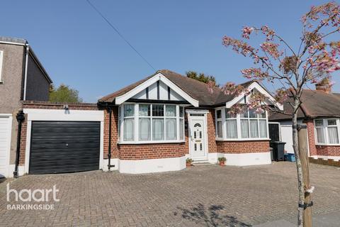 2 bedroom detached bungalow for sale - Oakleafe Gardens, Barkingside