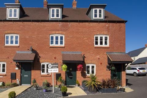 3 bedroom terraced house for sale - Lagonda Drive, Brackley