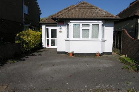 2 bedroom bungalow to rent - Laburnham Gardens, Upminster