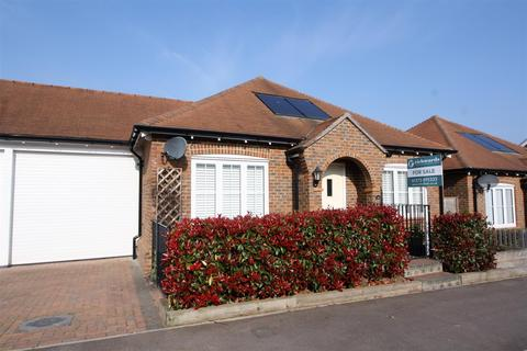2 bedroom detached bungalow for sale - Charlwood Drive, Henfield
