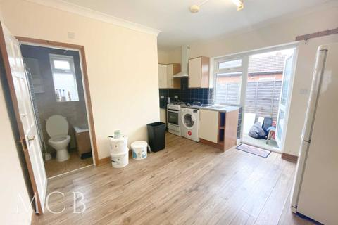 2 bedroom flat to rent - St Crispin Close, Southall