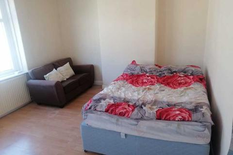 1 bedroom in a house share to rent - Thesiger Street, Cardiff