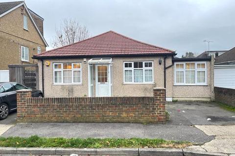 4 bedroom bungalow to rent - Mahlon Avenue, Ruislip