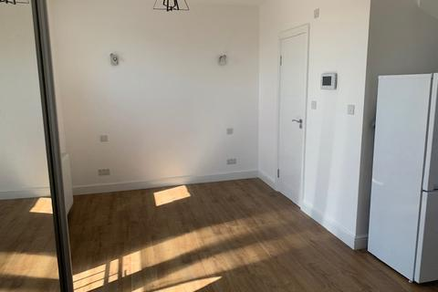 Studio to rent - Whitton Avenue West, Greenford