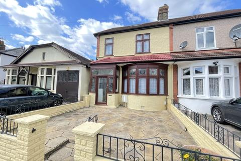 3 bedroom end of terrace house to rent - Clive Road Romford RM2