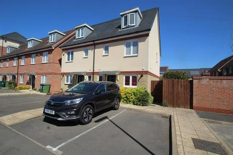 3 bedroom semi-detached house for sale - Mulberry Avenue, Stanwell