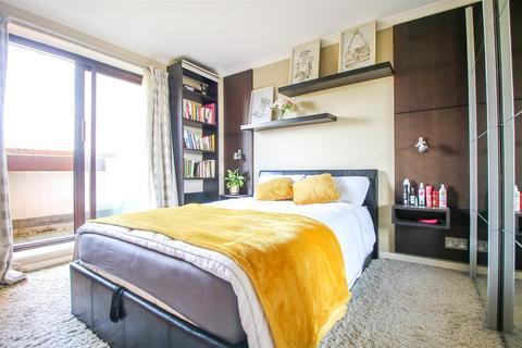 2 bedroom flat to rent - 340 The Highway, London