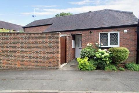 2 bedroom semi-detached bungalow to rent - Cedars Drive, Uxbridge, Middlesex, UB10