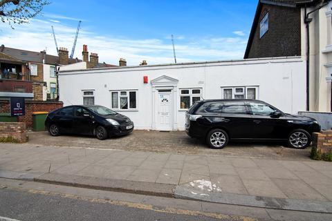 3 bedroom bungalow for sale - Central Park Road, London, E6