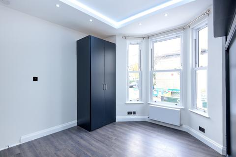 Studio to rent - Homestead Road, Fulham London SW6