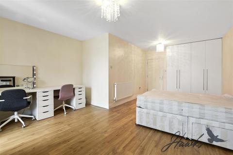 Studio to rent - Broadway, West Ealing, London
