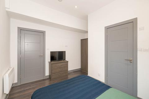 4 bedroom house share to rent - Woodside Green,  London, SE25