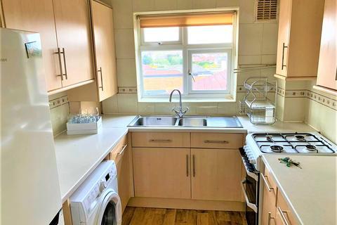 2 bedroom flat to rent - New North Road, IG6 3BD