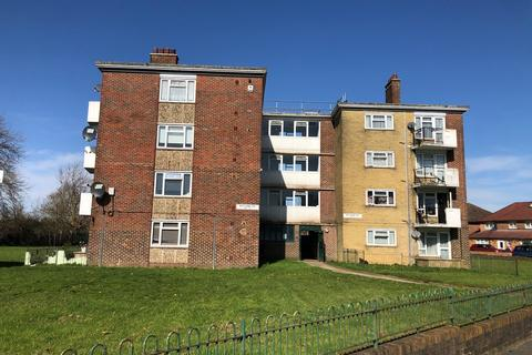 3 bedroom flat for sale - North Downs Road, New Addington, Croydon