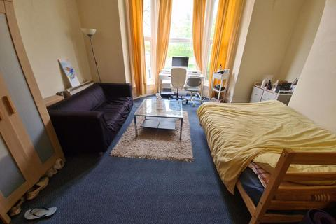 Studio to rent - Moorland Road, Hyde Park, Leeds, LS6 1AL
