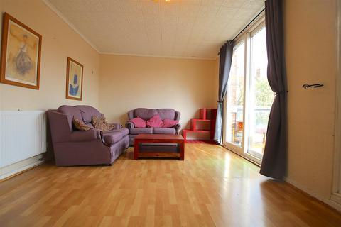 3 bedroom flat to rent - Prusom Street, London