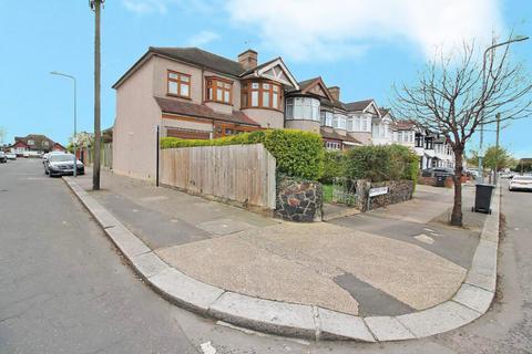 5 bedroom end of terrace house for sale - Braintree Avenue, Redbridge, Essex, IG4