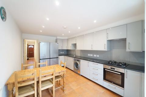 4 bedroom house to rent - Fernhead Road, London