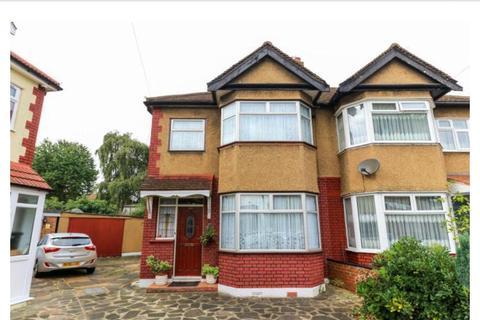 3 bedroom property to rent - 3 Bedroom House in Freezy Water Elmhurst Road, Enfield