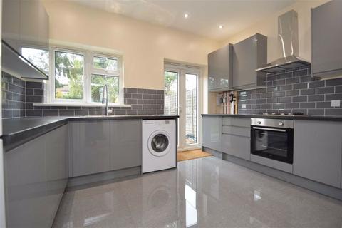 1 bedroom in a house share to rent - Grasmere Gardens, Redbridge, Essex, IG4