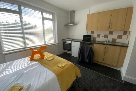 1 bedroom property to rent - (203WWR-5) South Facing Studio! Bills INCL!