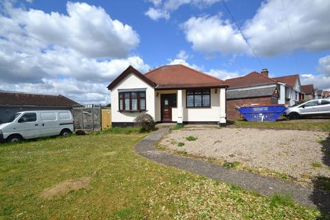 3 bedroom detached bungalow for sale - Lawns Way, Romford