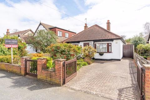2 bedroom detached bungalow for sale - Dale Road, Walton-On-Thames