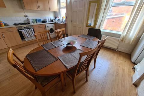 4 bedroom terraced house to rent - Archery Road, Leeds, LS2 9AU