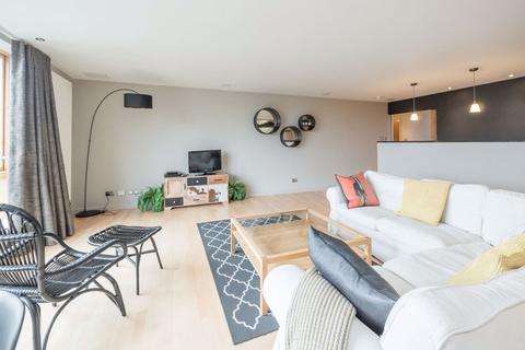 2 bedroom flat to rent - GARDNERS CRESCENT, FOUNTAINBRIDGE, EH3 8DG