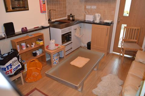Studio to rent - Fountains Crescent, Southgate