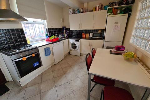 4 bedroom terraced house to rent - Clarkson View, Woodhouse, Leeds, LS6 2LB
