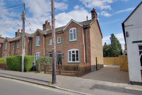 3 bedroom end of terrace house for sale - Triangle Road, Haywards Heath