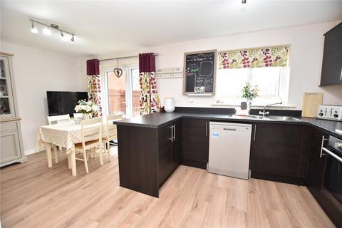 3 bedroom detached house for sale - Swarcliffe Avenue, Leeds