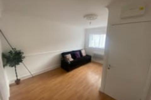 Studio to rent - Amesbury Road, Becontree, Dagenham  RM9
