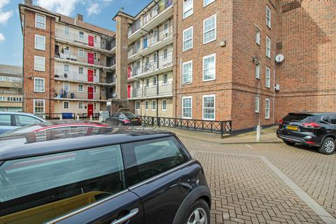 3 bedroom flat to rent - Hollybush House, Hollybush Gardens, London E2